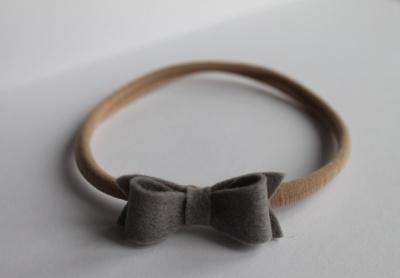 Nylon haarband grijze vilten strik