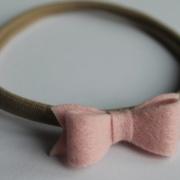 hoofdbandje met handgemaakt roze vilten strik