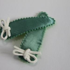 Setje groene haarspeldjes met wit veterstrikje