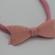 Roze haarbandje met vilten strik2