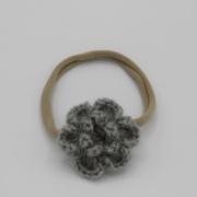 Nylon haarbandje gehaakte grijze bloem