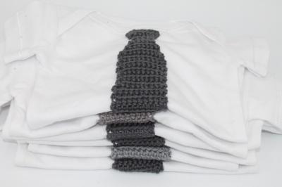 Witte romper met gehaakte stropdas