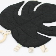Bijtring met handgemaakt knuffelblad zwart