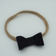 Nylon haarbandje met black velvet strik