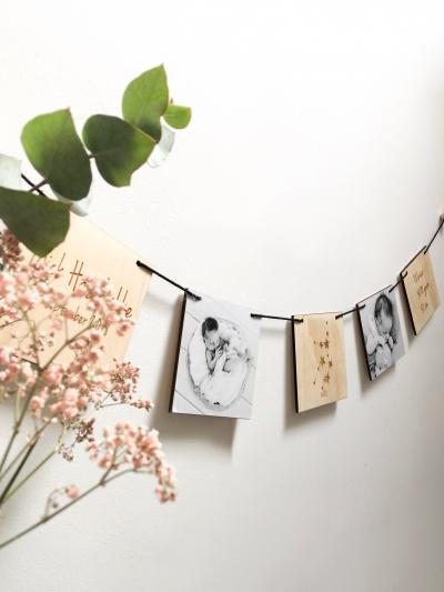 Houten geboorteslinger met foto's horizontaal