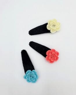 Velvet zwart haarspeldje met gehaakte bloem