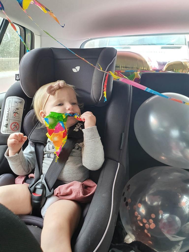 Kinderverjaardag vieren tijdens Corona hoe doe je dat nou? Een blokjesverjaardag of visiteroulette, dat mag dus niet meer. De visite kan niet naar ons toe komen, maar wij wel naar hun. De driveby verjaardag! Hier lees je hoe wij tijdens Corona een kinderverjaardag hebben gevierd.