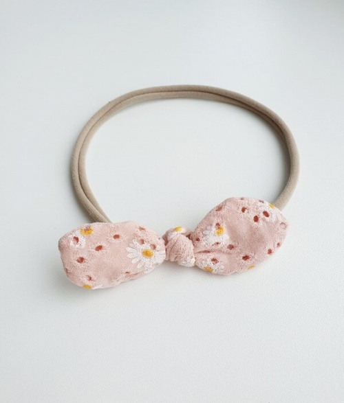 Strikhaarband broderie roze madeliefjes